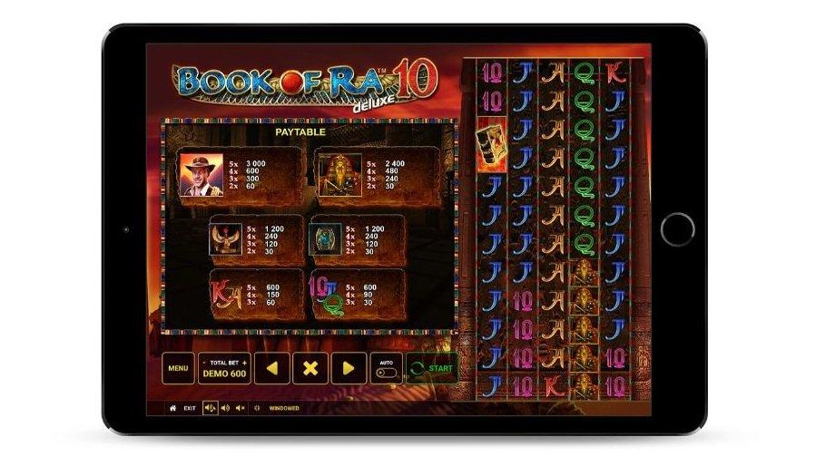 Schermata con i Book of Ra deluxe 10 tabella di pagamento, incorniciata dentro ad un tablet.