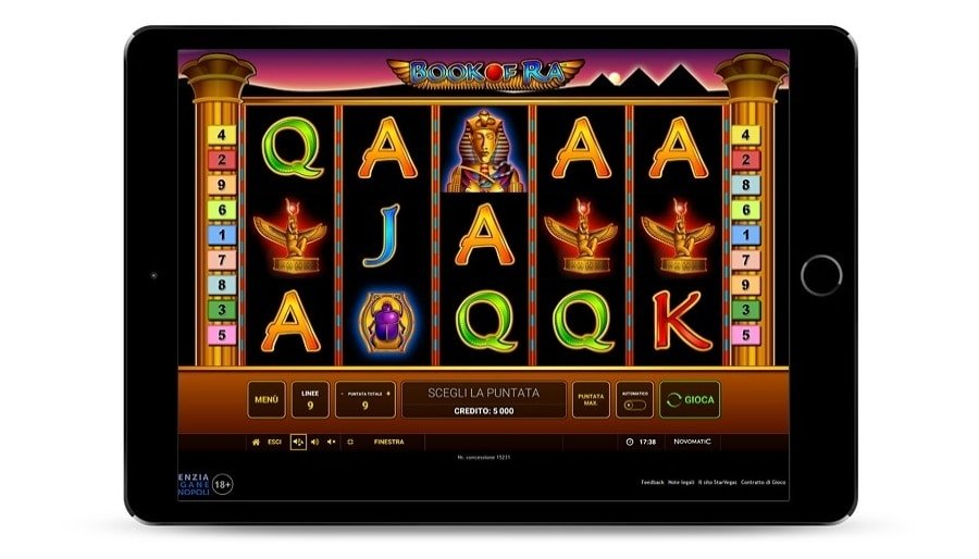 Panoramica della schermata di gioco di Book of Ra classica, dentro ad un tablet.